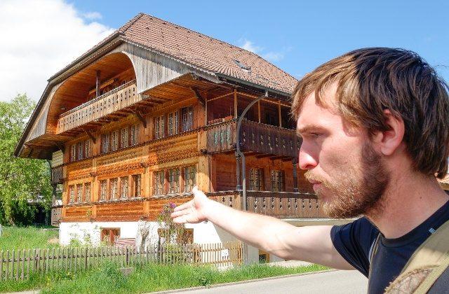 US carpenter David Bähler giving a timber frame tour in Blumenstein, Switzerland (swissinfo.ch)