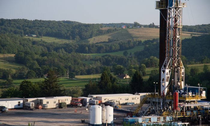 A fracking rig in rural country, Pennsylvania on July 11, 2013. (Samira Bouaou/Epoch Times)