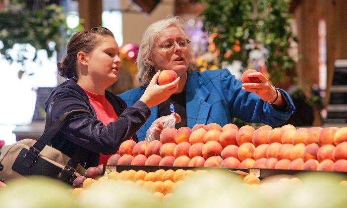Safeway customers shop for peaches at Safeway on July 18, 2007 in Livermore, California. (Justin Sullivan/Getty Images)