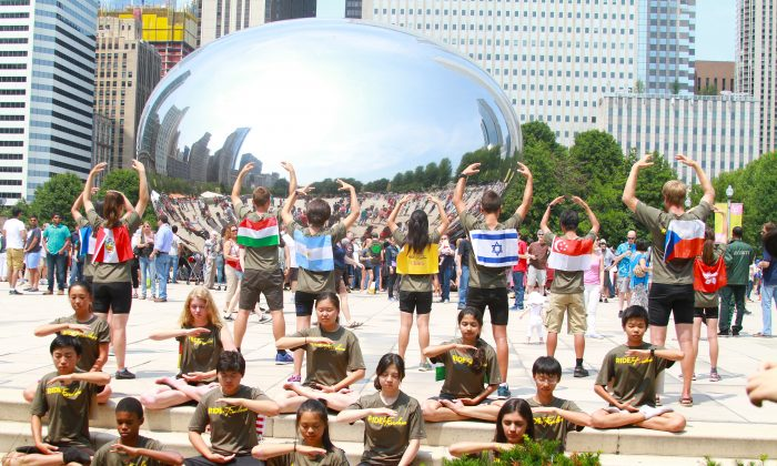 Ride2Freedom cyclists demonstrate the Falun Gong exercises in Chicago's Millennium Park, July 3, 20015. (Chris Jasurelk/Epoch Times)