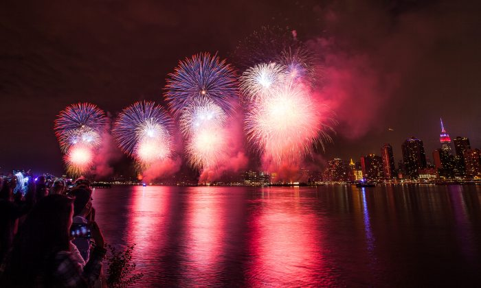 Macy's 4th of July Fireworks over the East River in New York, seen from Long Island City in Queens on July 4, 2015. (Petr Svab/Epoch Times)