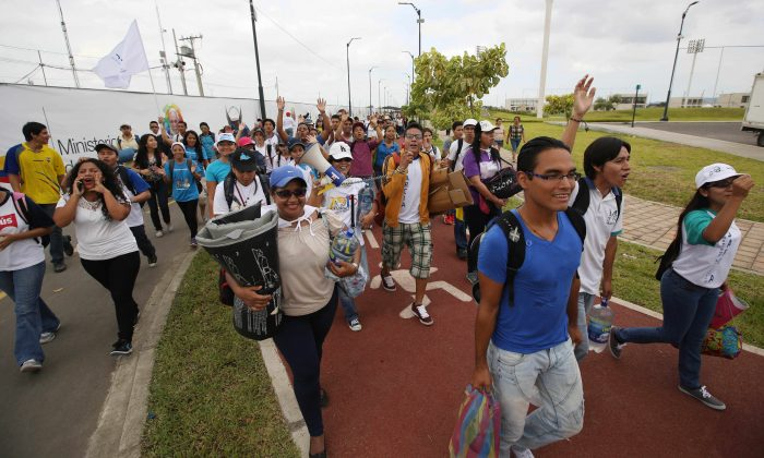 Pilgrims arrive to the Samanes Park where Pope Francis will give a mass in Guayaquil, Ecuador, Sunday, July 5, 2015. (AP Photo/Fernando Vergara)
