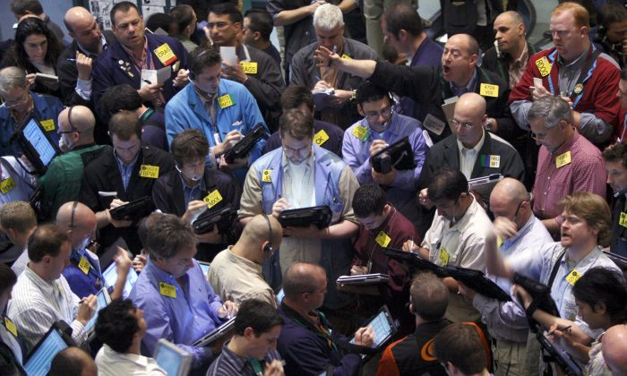 Traders deal crude oil options on the floor of the New York Mercantile Exchange. August 21, 2008. (AP Photo/Jin Lee)