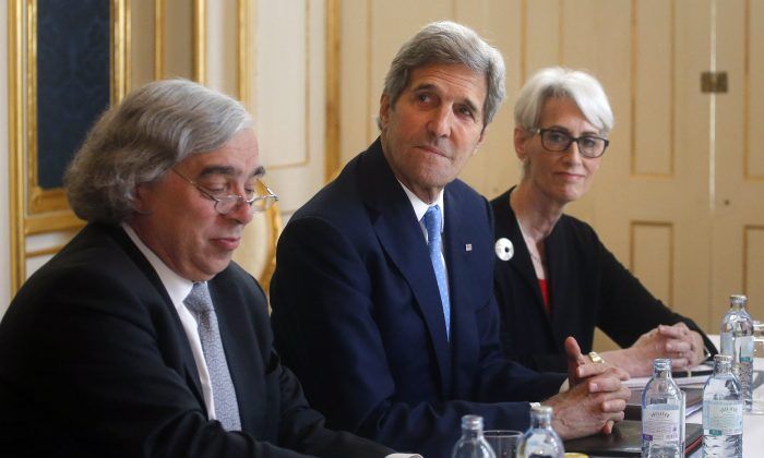U.S. Secretary of Energy Ernest Moniz, U.S. Secretary of State John Kerry, center, and U.S. Under Secretary for Political Affairs Wendy Sherman meet Iranian Foreign Minister Javad Zarif at a hotel in Vienna, Austria, Tuesday June 30, 2015.  (Carlos Barria/Pool via AP)