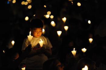 A boy at the vigil. (Wen Hanlin/The Epoch Times)