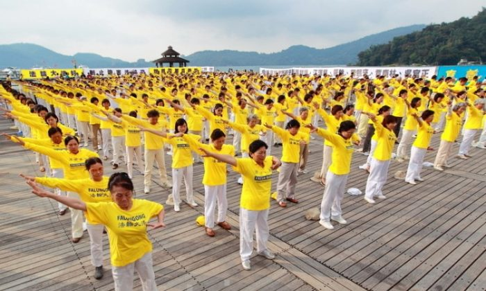 Falun Gong practitioners' group exercise at Taiwan's Sun Moon Lake in 2010 (Song Bilong/The Epoch Times)