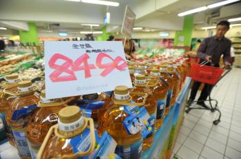 The price for cooking oil in a Chongqing supermarket has gone up to over 80 yuan (about US$12) per bottle as of Oct. 20. (The Epoch Times)