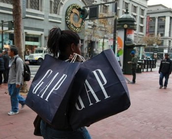 SALES GAP: A pedestrian carries shopping bags from a GAP store while walking on Market Street on Dec. 14, 2010 in San Francisco, Calif. On Thursday, several popular retailers reported December sales results that failed to meet expectations. (Justin Sullivan/Getty Images)