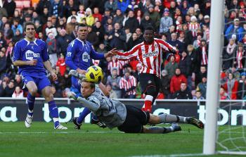 Sunderland vs Bolton: Asamoah Gyan of Sunderland shoots wide during the Barclays Premier League match at Stadium of Light on Dec. 18 in Sunderland. (Matthew Lewis/Getty Images)