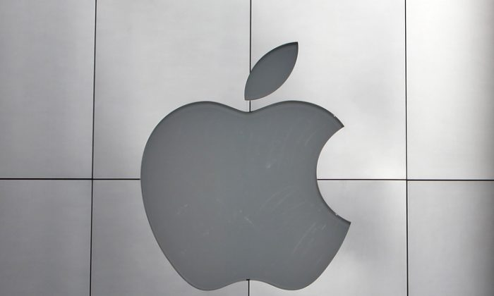 Pedestrians walks by an Apple retail store on January 18, 2011 in San Francisco, California. (Justin Sullivan/Getty Images)