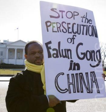 Falun Gong practitioners protest the 11-year persecution in front of the White House. (Lisa Fan/The Epoch Times)