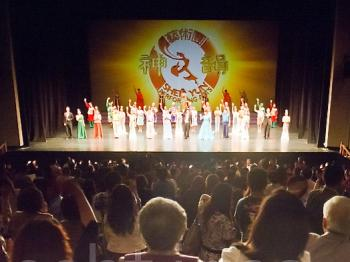 Curtain call at the Sun Yat-Sen Hall, Kaohsiung.  (Lo Ruixun/The Epoch Times)