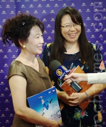 Ms. Ho Shanzhen (right) , a vocalist, watched Shen Yun Performing Arts International Company show in Tainan with Ms. Du Xuehui (left), a YWCA chorus director.(Photo by Li Yuan/The Epoch Times)