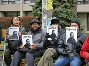 A group of about 100 people from the Toronto art community gathered outside the Chinese consulate on April 17 in Toronto, in support of the Chinese artist Ai Weiwei, who has been detained by Chinese authorities.  (Zhou Xing/The Epoch Times)