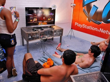 INTERNET LINKED: Video gamers log onto the PlayStation Network at the Coachella Valley Music & Arts Festival 2011 held at the Empire Polo Club on April 17 in Indio, Calif. (Michael Tullberg/Getty Images)