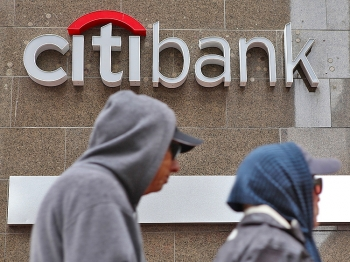 PROFITS: Pedestrians walk by a CitiBank branch office on April 18 in San Francisco, Calif. Citigroup first-quarter profit dropped 32 percent with quarterly earnings of $3.0 billion, or 10 cents per share, compared to $4.4 billion, or 15 cents per share one year ago. (Justin Sullivan/Getty Images)