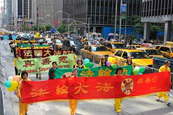 Over 4,000 Falun Gong practitioners march on the streets of Manhattan on Saturday. (Dai Bing/The Epoch Times)