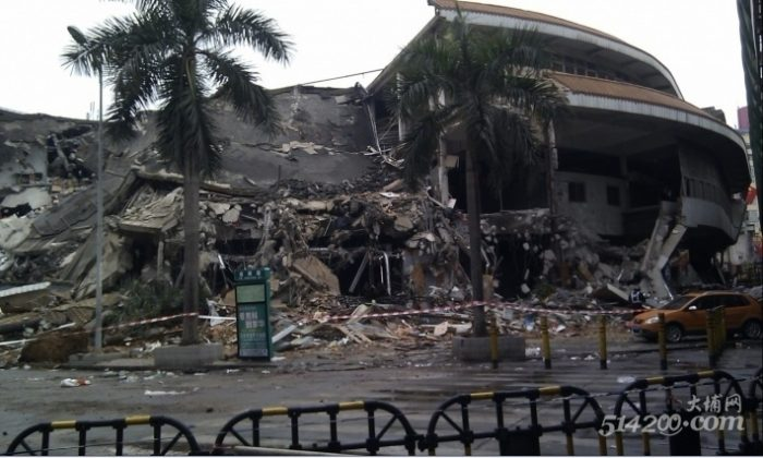 Buji Market in Shenzhen, Guangdong Province, was demolished by a hired, armed mob of 1,000 on Chinese New Year's Eve under the sound of firecrackers and without shopkeepers being notified. Jan. 23, 2012. (514200.com)