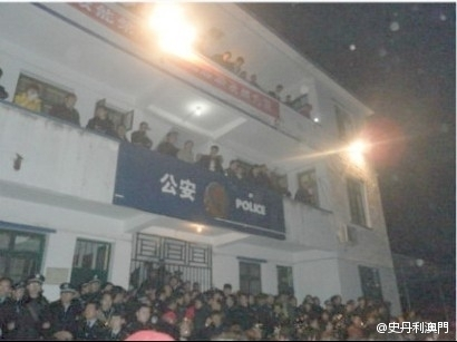 "Two villagers were injured in a knife attack by transportation officials trying to collect fees. The incident triggered a mass protest on Jan. 29, 2012 in Qiaotou, Jiangxi Province, with people shouting, ""Down with the CCP!"" and ""Burn the five star red flag!"" (By gscmmsb198)"