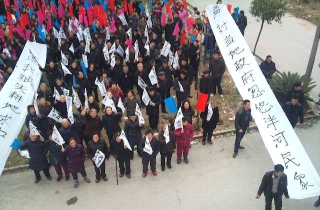 Villagers of Panhe Village hold a large-scale march. They rule the village themselves now, after driving out local officials. (Weibo.com)
