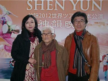 Accompanied by friends, Mr. Kazunobu Iwamura, Deputy Representative of Japan International Arts Academy, and his father, Mr. Kataro Iwamura, both painting artists, attend Shen Yun Performing Arts in Nagoya. (Zhang Nini/ The Epoch Times)