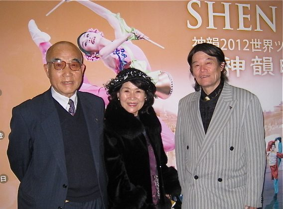 The chairman of the International Art Academy Hashimoto Seicho ( L) attends Shen Yun Performing Arts New York Company's second show at Nagoya on Feb. 17. (Zhang Nini/The Epoch Times)