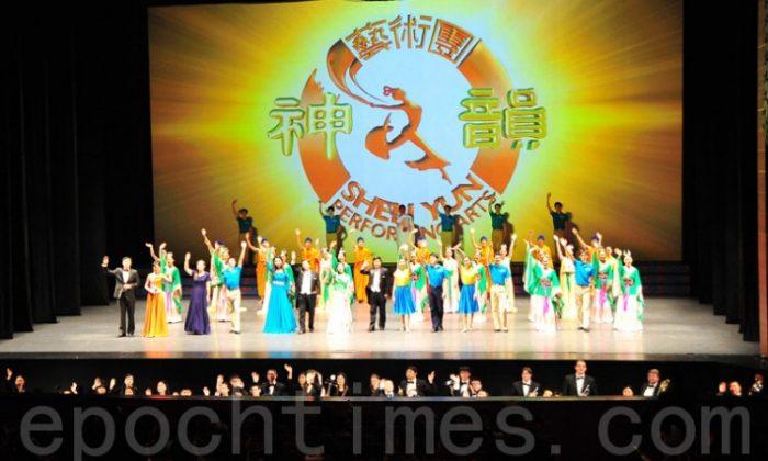 Shen Yun Performing Arts' curtain call at Suseong Artpia on Feb. 24. (The Epoch Times)