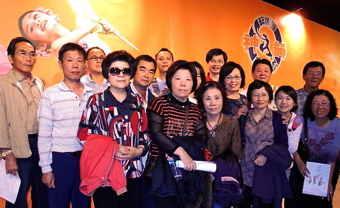 Sixteen family members from Taipei and southeastern Taiwan see Shen Yun together in Tainan. (Long Fang/The Epoch Times)