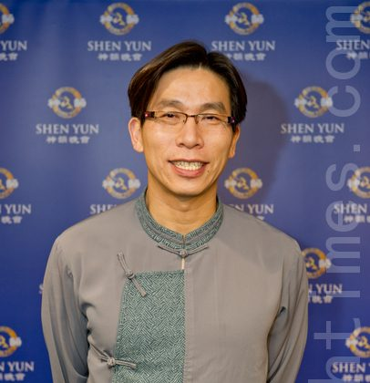 Chung Chia-pin, Deputy Magistrate of Pingtung County, attends Shen Yun Performing Arts in Kaohsiung. (Luo Ruixun/The Epoch Times)