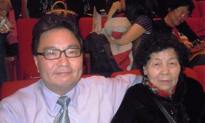 Hsu Hung-Hsiang, vice general manager of a biotech company, attends Shen Yun for the second time with his mother. (Chao Chi-Ling/The Epoch Times)