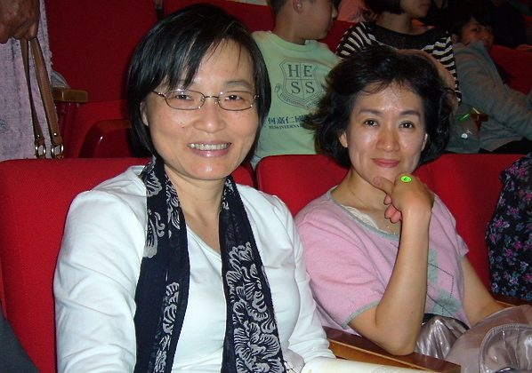 Chang Shu-Jen (L) and her friend Huang Tsuei-Hwa watch Shen Yun's performance on March 23. (Li Da-Wei/The Epoch Times)