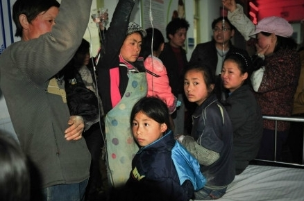 A new free school meal program in Guizhou Province caused dozens of elementary school students to suffer from food poisoning on March 29th. (Internet image)