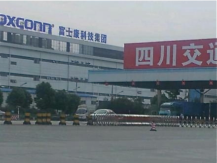 A Foxconn worker in Chengdu factory found sitting on top of a building at 4 p.m. on June 13. He then jumped off the building at 4:40 p.m. (Weibo.com)