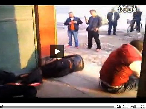 In Henan Province, a father and a son who have been practicing martial arts since childhood, worked together to fend off over 30 thugs who went to their house to beat up their family, attempting to drive them out and start an illegal demolition. (Screenshot of a Youmaker video)
