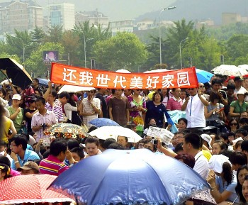 Thousands of Chinese people protest demanding that the Fujia chemical plant be moved over pollution fears with banners saying 'Give back generations of homeland of Dalian' in Dalian, on August 14. (STR/AFP/Getty Images)