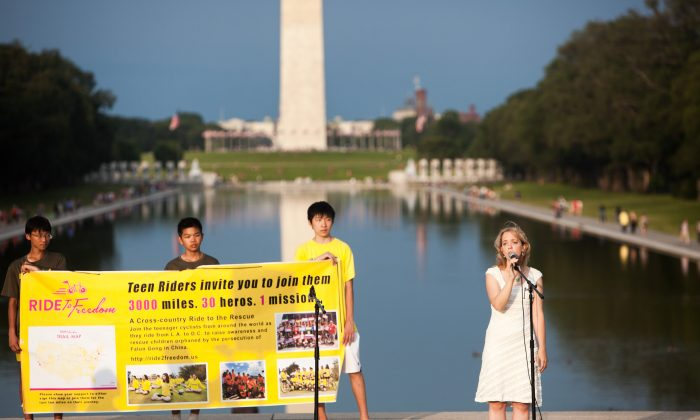 Sara Effner performs at a concert for Ride to Freedom conclusion in front of the Lincoln Memorial in Washington on July 17, 2015. (Petr Svab/Epoch Times)