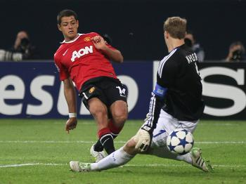 TOUGH TESTS: Javier Hernandez of Manchester United shoots on Manuel Neuer of Schalke (R) during the UEFA Champions League semi final first leg match between FC Schalke 04 and Manchester United. (Christof Koepsel/Bongarts/Getty Images)