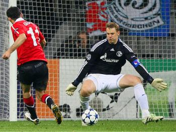 SCORE: Ryan Giggs of Manchester United (L) scores the first goal against Manuel Neuer of Schalke (R) during the UEFA Champions League semifinal first leg match between FC Schalke 04 and Manchester United at Veltins Arena on April 26, in Gelsenkirchen, Ger (Christof Koepsel/Bongarts/Getty Images)