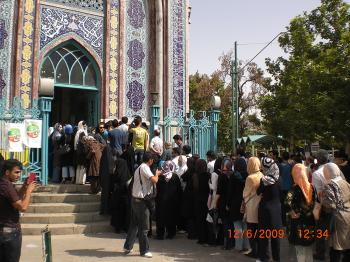 Iranian citizens wait in line to vote. (Mazdak Kermani/The Epoch Times)