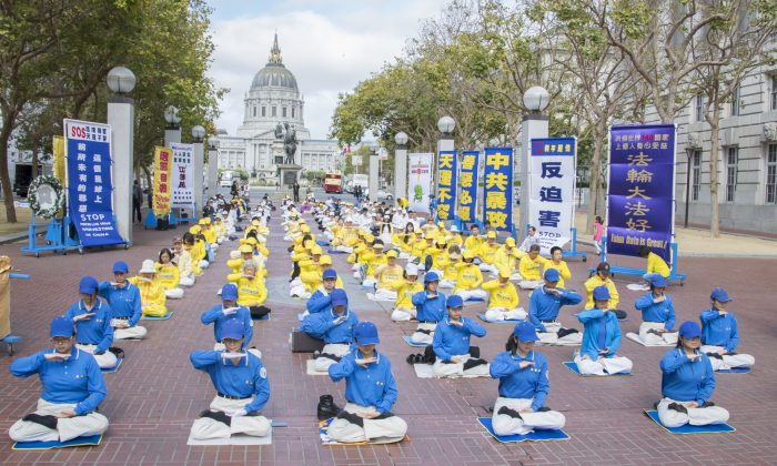 Falun Dafa meditation exercises at the UN Plaza in San Francisco July 18, 2015  (Mark Cao/Epoch Times)