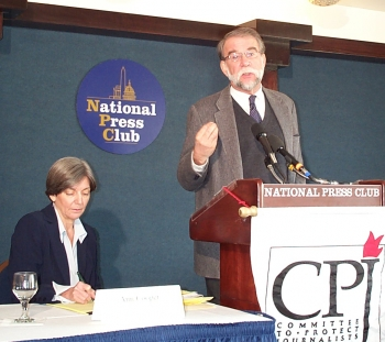 A BAD YEAR FOR JOURNALISTS: Bob Dietz (right), the newly appointed Asia Program Coordinator of the Committee to Protect Journalists (CPJ) speaks at the press conference at National Press Club in Washington DC, Tuesday, February 14, 2006 (Left: Anne Cooper (Terri Wu/The Epoch Times)