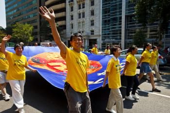 Waving to well wishers. (Mark Zou/The Epoch Times)
