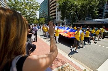 Support from the crowd. (Mark Zou/The Epoch Times)