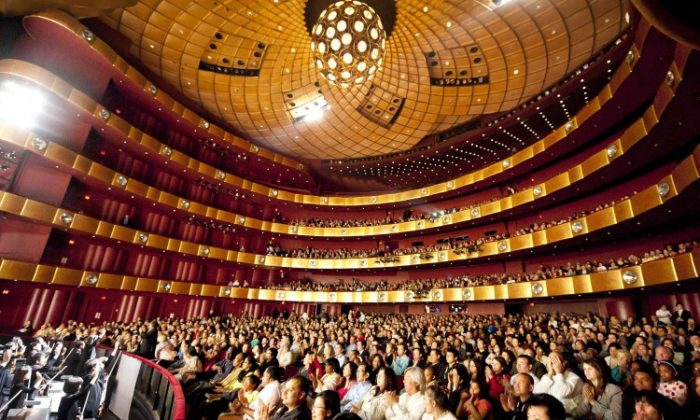 Shen Yun Performing Arts curtain call at Lincoln Center's David H. Koch Theater. (Dai Bing/The Epoch Times)