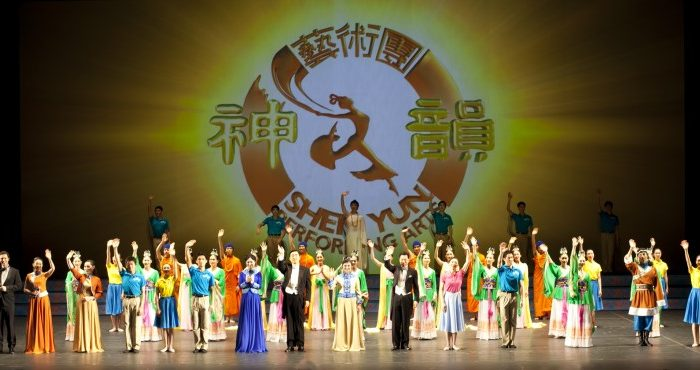 Shen Yun Performing Arts' curtain call at Montreal's Place des Arts. (Ai Wen/The Epoch Times)