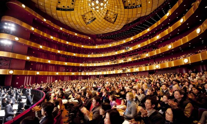 Audience members applaud Shen Yun Performing Arts at the packed opening performance Wednesday night at Lincoln Center. (Dai Bing/The Epoch Times)