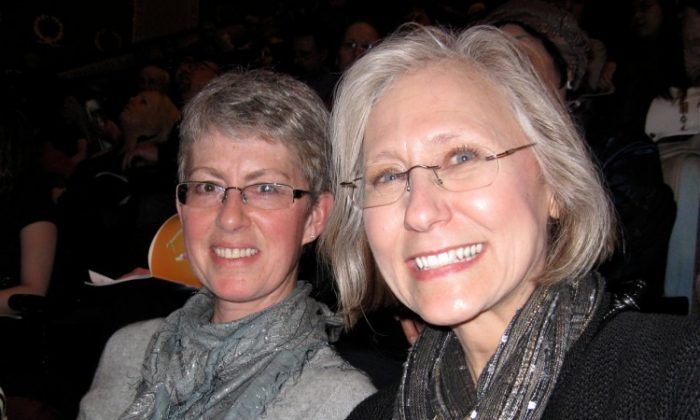 Dottie Doelzaf (L) and her friend attend Shen Yun Performing Arts in Minneapolis. (Kerry Huang/The Epoch Times)
