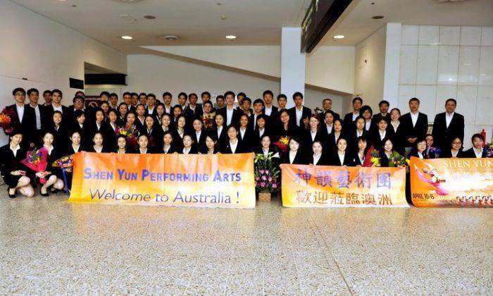 Shen Yun Performing Arts New York Company arrive in Melbourne, Australia, April 10. (Scott Hu/The Epoch Times)