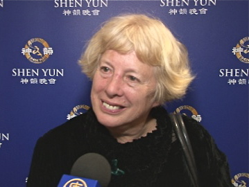 Deidre Tarrant sharing her Shen Yun experience after the performance at Wellington's St. James Theatre. (Courtesy of NTD Television)