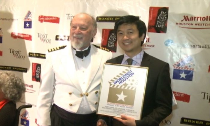 Producer of the film Kean Wong (R) stands with the Houston International Film Festival director Hunter Todd after receiving the award. (freechinamovie.com)